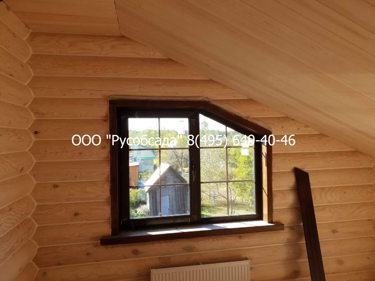 Окно в обсаде в деревянном доме