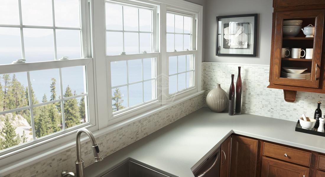 вертикально сдвижные окна на кухне