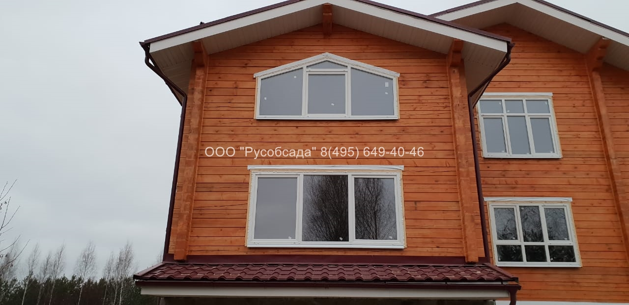 Скошенные окна в доме из бруса